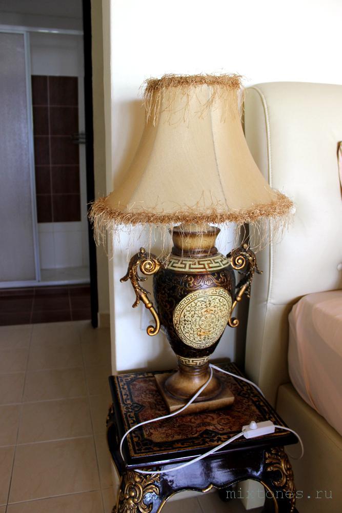 Прикроватная тумба с лампой